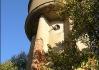 A copak je totok? Že by zlý kouzelník Zababa?  To ne.. Nevidím tu nikde koleje..     Je to ten, který to vše vyluštil - Pavew Kozár! Věhlasný  to záhadolog, který nám dává diskrétní, tajné a předem  smluvené znamení, že je vše oulerajt!