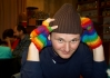 Standa v rukavičkách v barvě duhy (vlajka Gayů)
