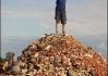 Miroslav Caban, který v květnu vystoupil na nejvyšší horu světa bez kyslíkové   masky, poskytl iDNES jako první redakci své fotografie přímo z vrcholu.   Caban vystoupil na Mt. Everest takzvaným alpským stylem - tedy bez   budování postupových táborů. To se ještě žádnému Čechovi před   ním nepodařilo.
