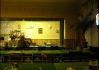 Vypadá to tu trošku jako v divadle. V pozadí si povšimněte barových stoliček potažených hermelínem rudé barvy..