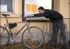 """Přístup ke stojanům na kola je """"poněkud"""" komplikovanější.."""