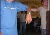"""Přátelský domorodec (vpravo) nám přivedl ukázat nic netušícího   štamgasta No.I (vlevo). Když ale zjistil, že ho fotíme, vydal ze sebe  zvuk ve stylu \""""Úlaháááuaaahhh\"""" a mávajíce rukama   nad hlavou odběhl..."""