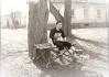 Malý Bobeš ve městě (1962)..    Josef Věromír Pleva    Malý Bobeš (1931), kde se odklonil od konvenčního idylického pojetí dětského světa, které bylo do té doby v knihách pro děti častým jevem. Pleva podal svět v jeho reálné podobě, se sociální nerovností i s problematikou zrození a smrti. Spojil bezprostřední pohled dítěte, přecházející pozvolna v poetické vidění světa, s drsným obrazem osudů chudé venkovské rodiny, vedoucí tvrdý existenční zápas na vesnici a posléze v malém městě. Kniha svým vcítěním dosáhla příznivé kritiky z literárního i sociologického hlediska.    Sociální smířlivost, jíž vyznívalo původní vydání, byla v poúnorovém přepracování (1950, 1953) nahrazena třídně vyhrocenějším vyústěním. Román obsahuje celkem tři díly a byl přeložen do řady jazyků. V povídce Hoši s dynamitem (1934, přepracováno 1953) se Pleva po vzoru Ericha Kästnera pokusil aktuálně skloubit romantiku chlapeckého dobrodružného románku s realistickým vylíčením údělu nezaměstnaných a jejich rodin. Inspirace ruskou literaturou byla zase patrná v díle Kapka vody (1935), které seznamovalo poetickými prostředky s využitím fantazie mladé čtenáře s děním v přírodě i ve společnosti.