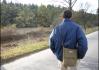 Z členů komtét Tour de BIER je kolo cítit i při chůzi...  (Viz. stín. Pravdou však je, že pan Corny má tak široký ramena, že schoval projíždějícího tropického šílence na kole.. Blázen! Taková kosa..)
