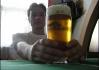 Někdo hraje tenis dvouruč, někdo tak pije pivo...