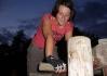 Kecka na svém dřevěném kole.. Sama si jej o volných chvilkách vyřezala!..