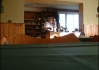 Pohled na pana vrchního (strejdu) přes školní židličku..