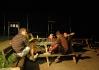 Aboriginci (floutci) před knajpou..
