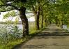 Cesta vede po hrázi mezi dvěma rybníky..