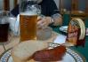 Vsadila bych se, že to pivo tam je jen naaranžovaný (všimněte si zejména coly v levé části fotografie)